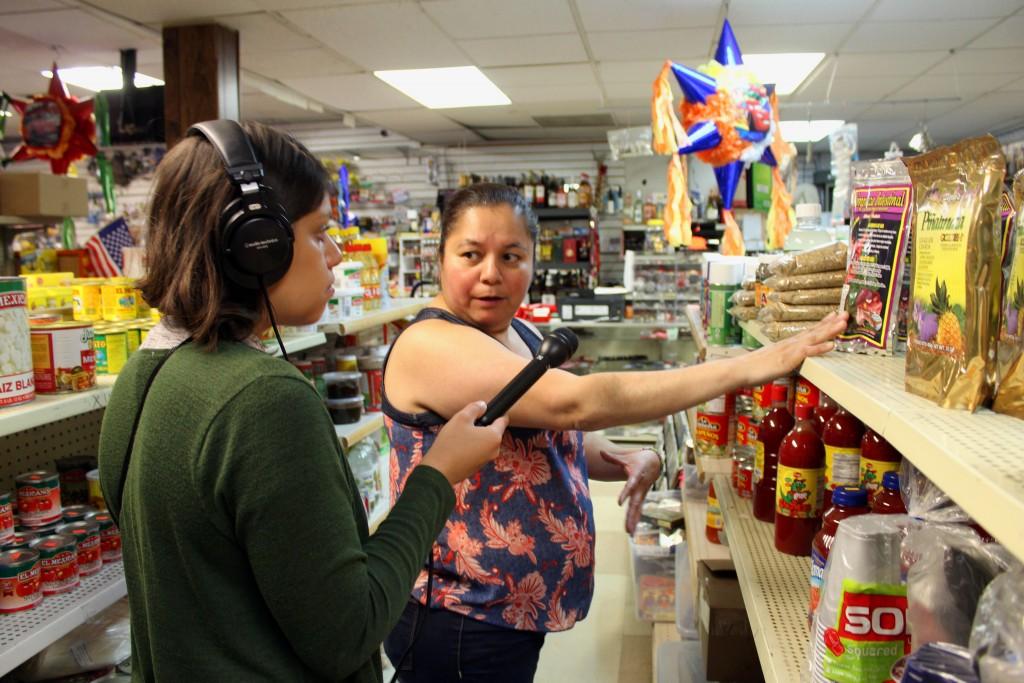 María Ramírez, Concha, le enseña todos los productos en la tienda a nuestra reportera Mónica. Unos productos son naturales y pueden ayudar con problemas del riñón y úlceras.