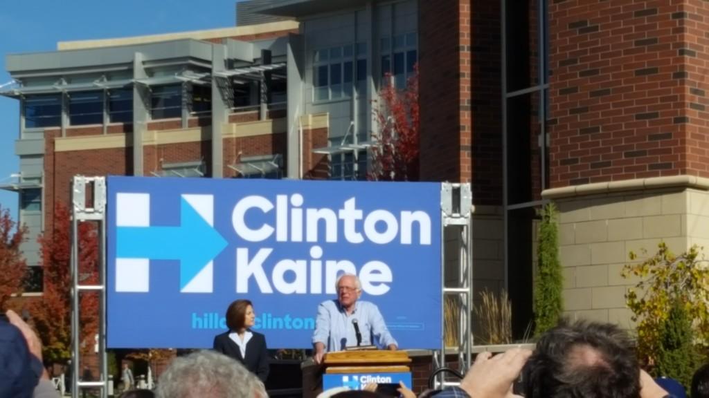 Bernie Sanders en el podio de la Universidad de Nevada Reno