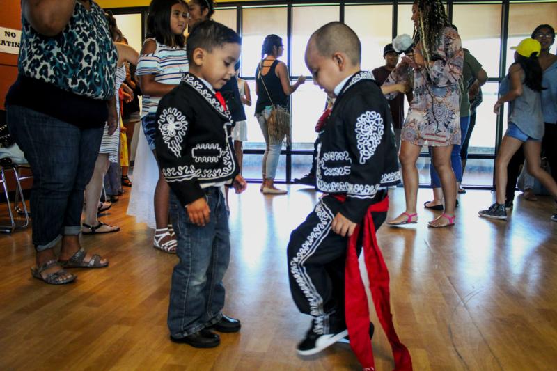 Dos niños practican sus pasos después de bailar. Pérez no tienen una edad específica para bailar en su grupo, quien sea puede participar.