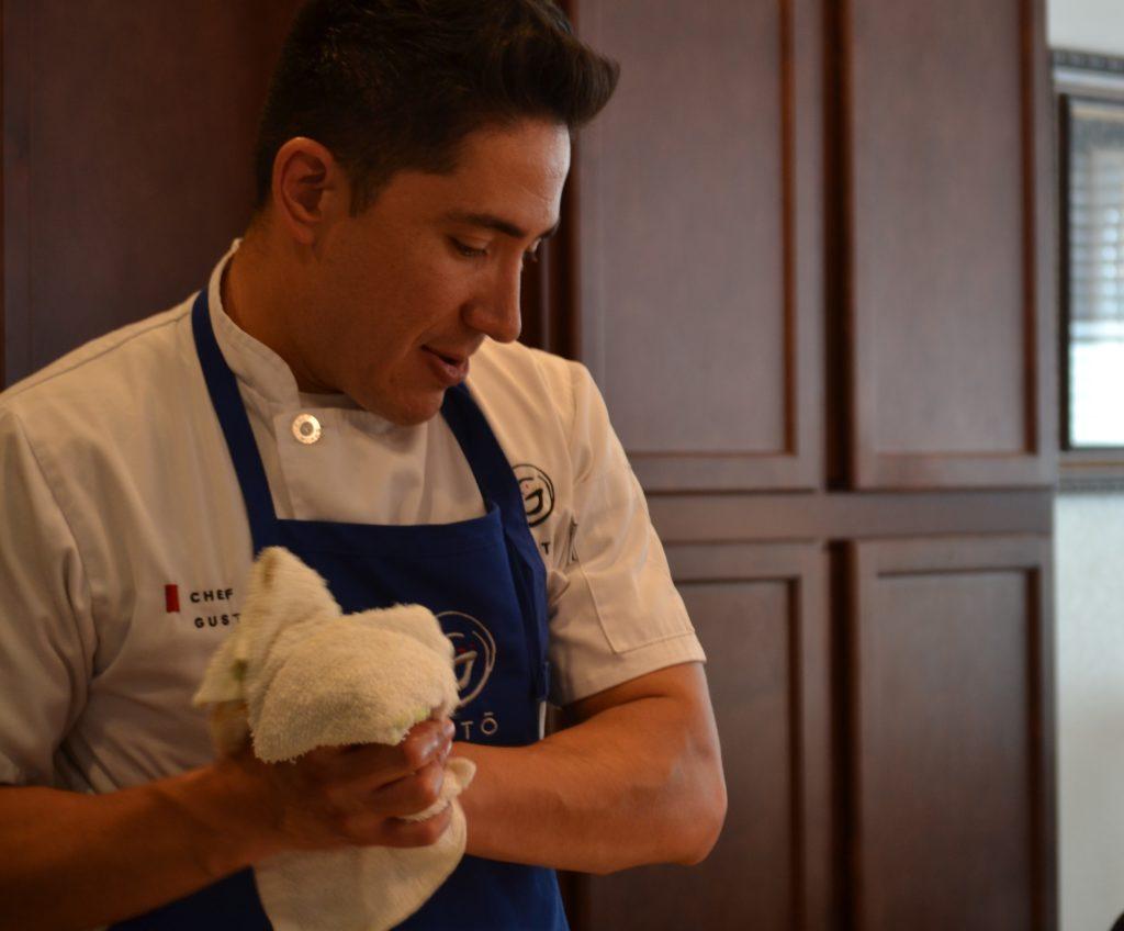 Gustavo Velasco Jara, limpiándose las manos y admirando su trabajo.