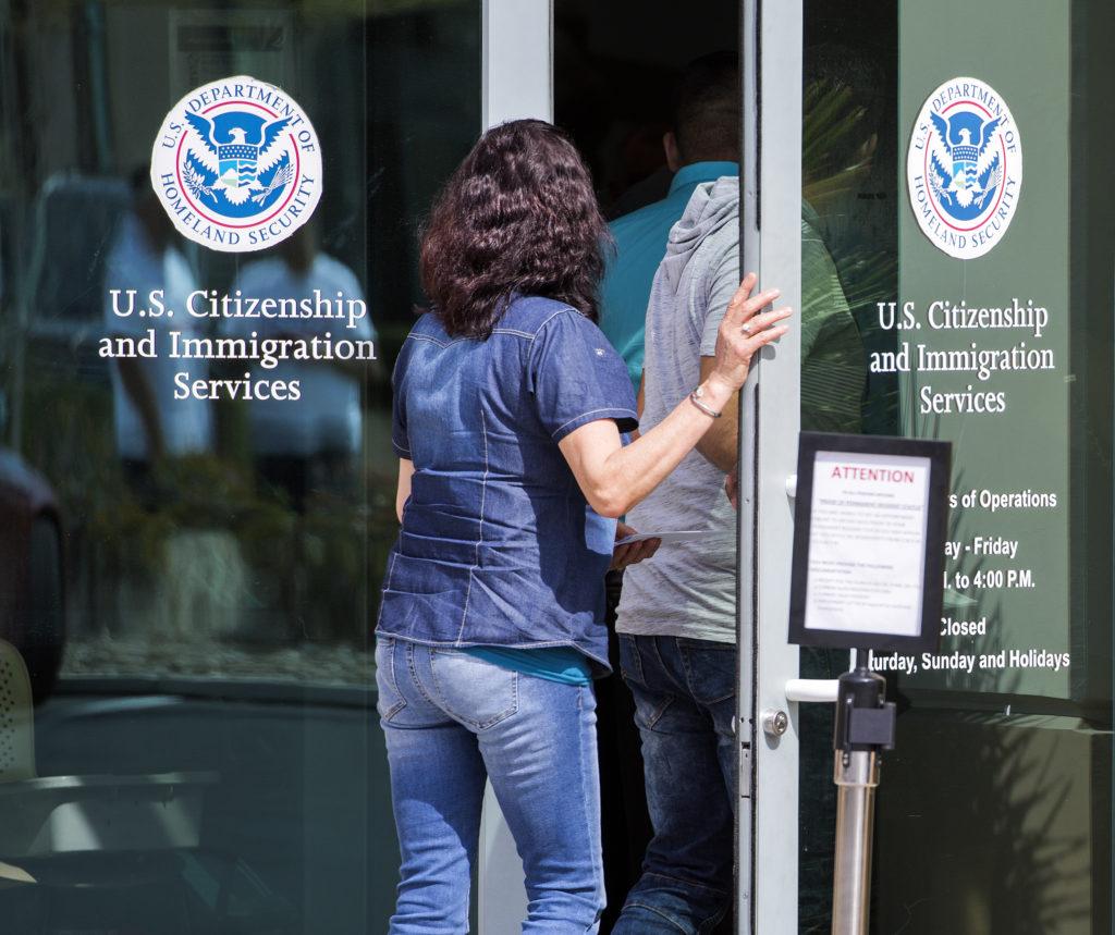 Una mujer entra al edificio del Servicio de Inmigración y Ciudadanía en Las Vegas.