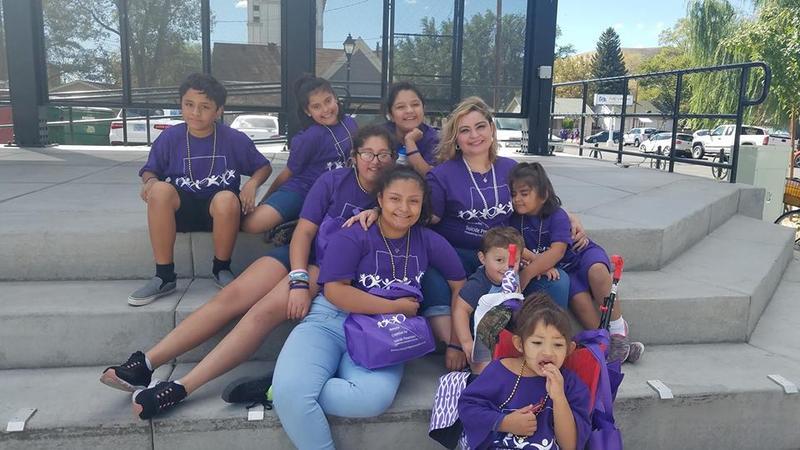 La familia se sienta con camisas púrpuras para la prevención del suicidio juvenil.