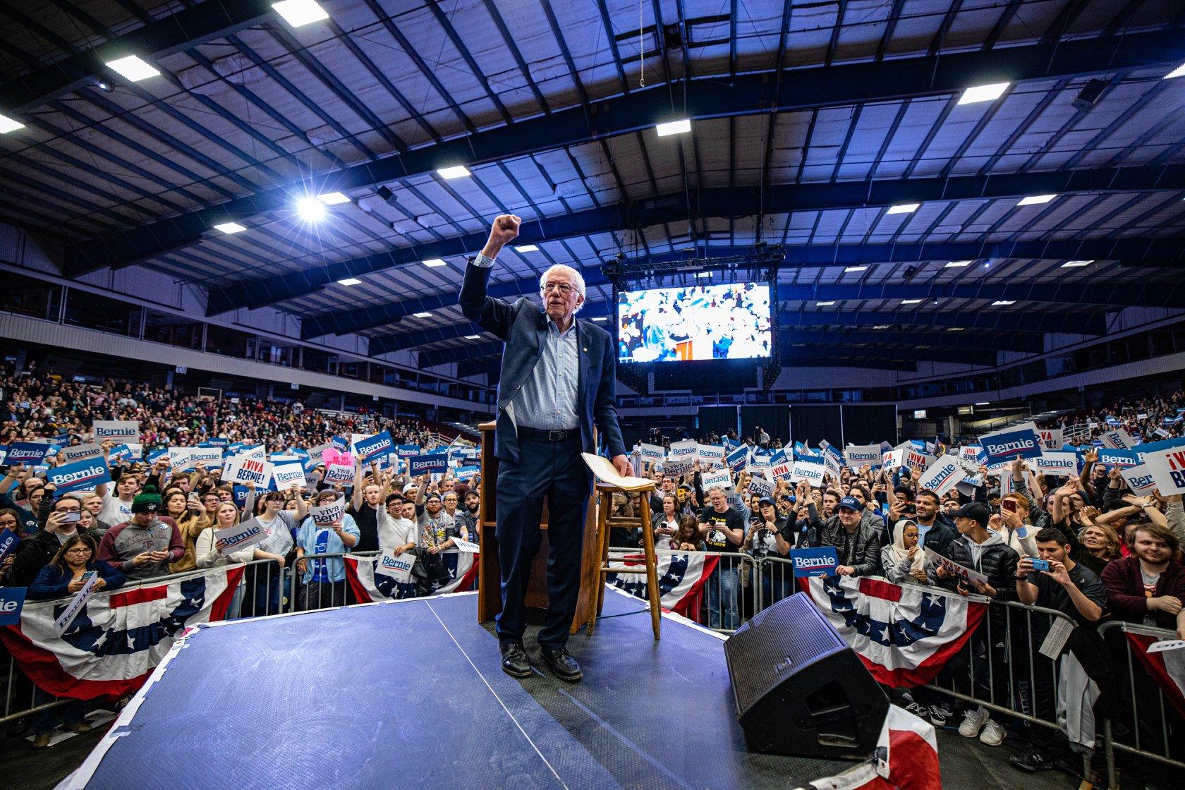 Bernie Sanders en una tarima en Nevada