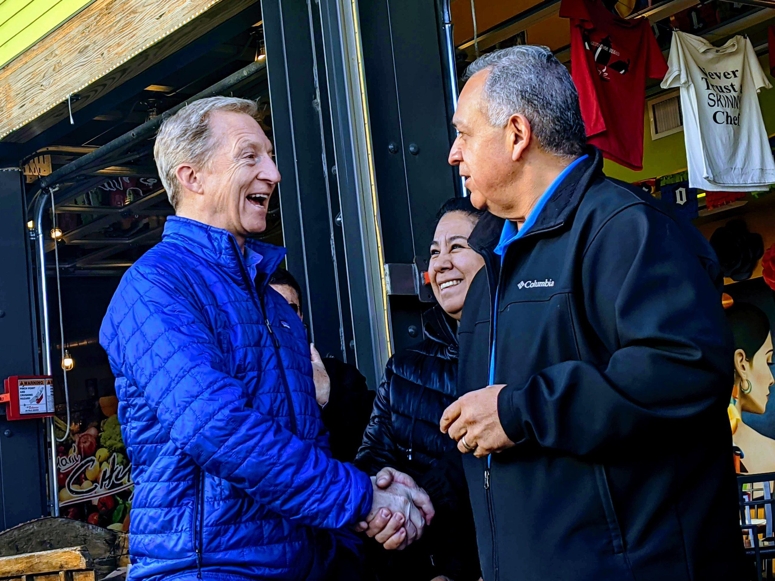 Tom Steyer estrechando la mano de los habitantes de Reno.