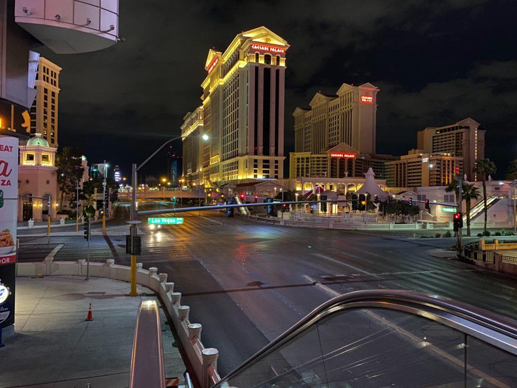 Calle vacía frente al Caesar Place, en Las Vegas, Nevada.
