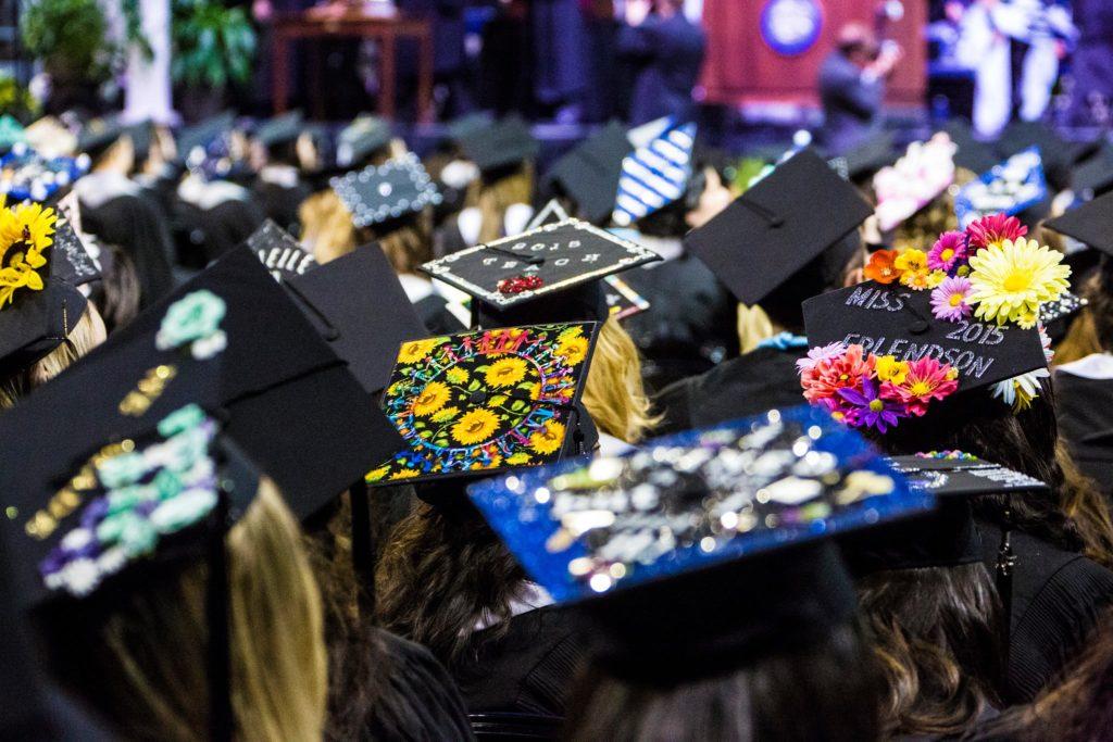 Foto de gorras de graduación decoradas.