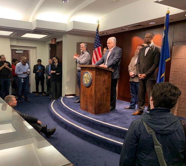 El gobernador Sisolak durante una rueda de prensa