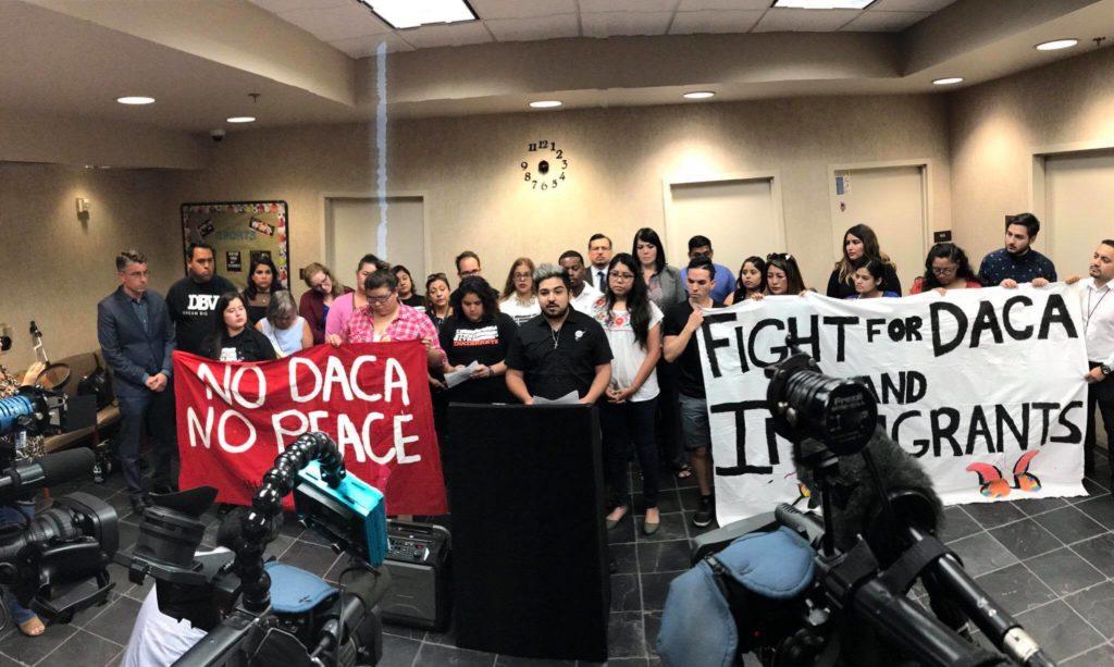 Beneficiarios de DACA en una rueda de prensa
