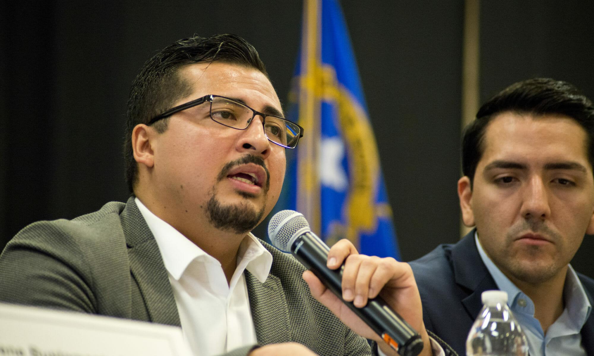 Asambleísta Demócrata Edgar Flores hablando en un panel