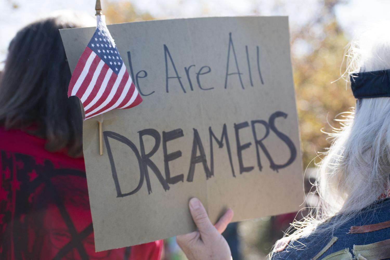 Un cartel sostenido por un manifestante en una protesta de 2017 en apoyo de DACA en Reno, Nevada dice: Todos somos soñadores