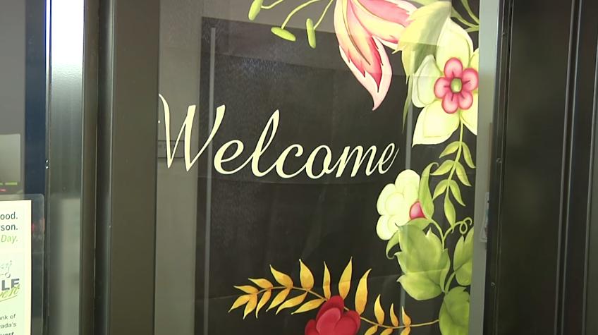 Letrero de bienvenido en una escuela
