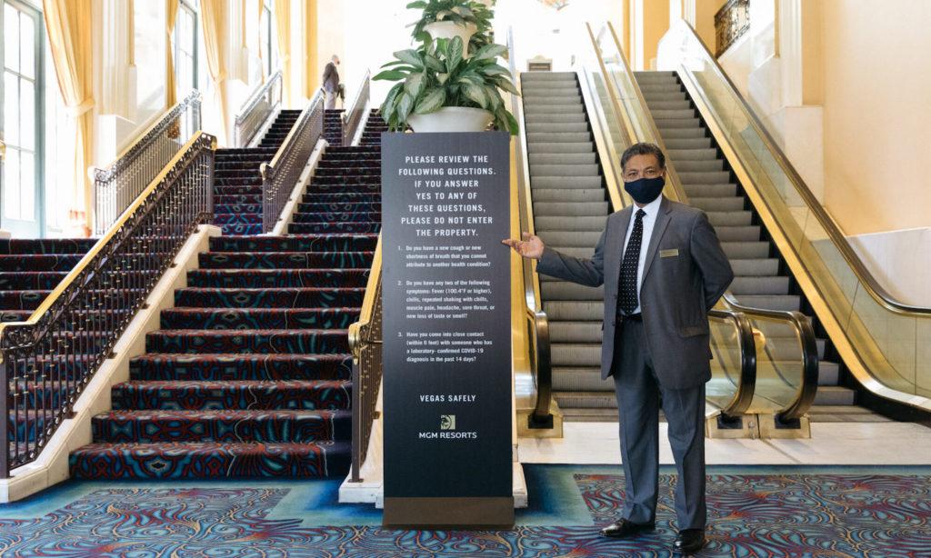 un empleado del hotel Bellagio con cubrebocas