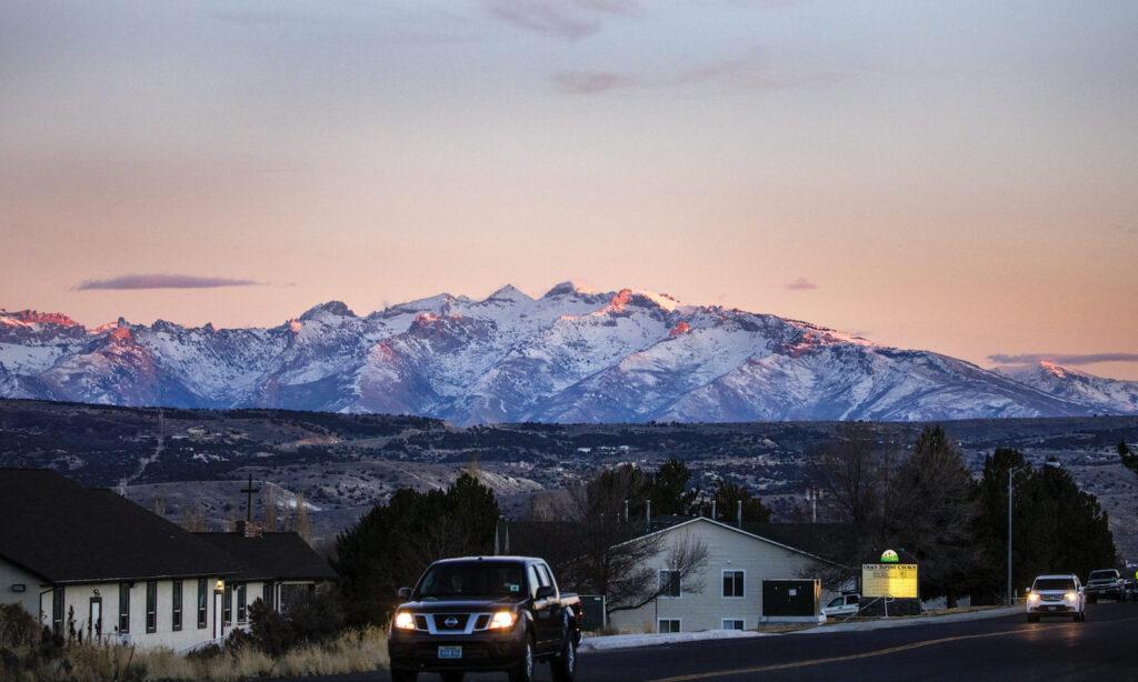 Foto desde Elko, Nevada con montañas coronadas de nieve
