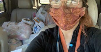 Carolina Juárez dirige la despensa de alimentos de la escuela primaria Glenn Duncan. Por la pandemia, comenzó a llevar alimentos a los hogares de las familias que necesitan ayuda. Esta selfie muestra a Juárez en su coche, con tapabocas, y las bolsas de comida atrás.