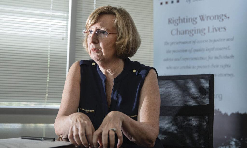 Foto de Barbara E. Buckley sentada en una oficina
