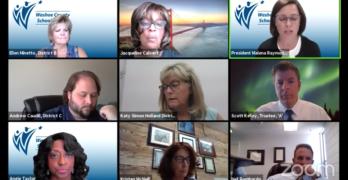 Miembros de la junta directiva del distrito escolar del condado de Washoe participan en una charla virtual