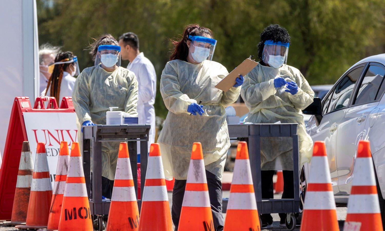 empleados cubiertos con equipo de protección contra el coronavirus