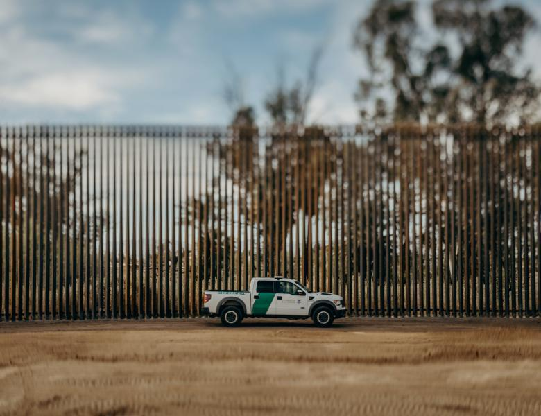 camión frente a muro fronterizo