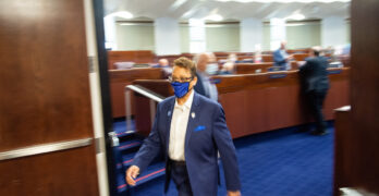 La senadora estatal Pat Spearman saliendo de la cámara de la legislatura en Carson City.