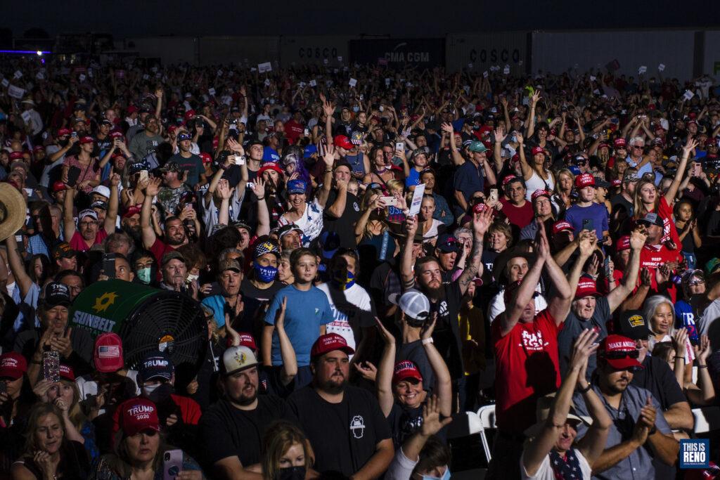 Los partidarios de Donald Trump, muchos sin máscaras, durante un discurso de campaña del presidente en el aeropuerto de Minden-Tahoe en Nevada.