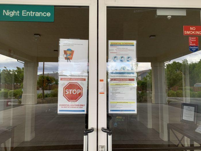 Puertas cerradas con letreros sobre COVID-19