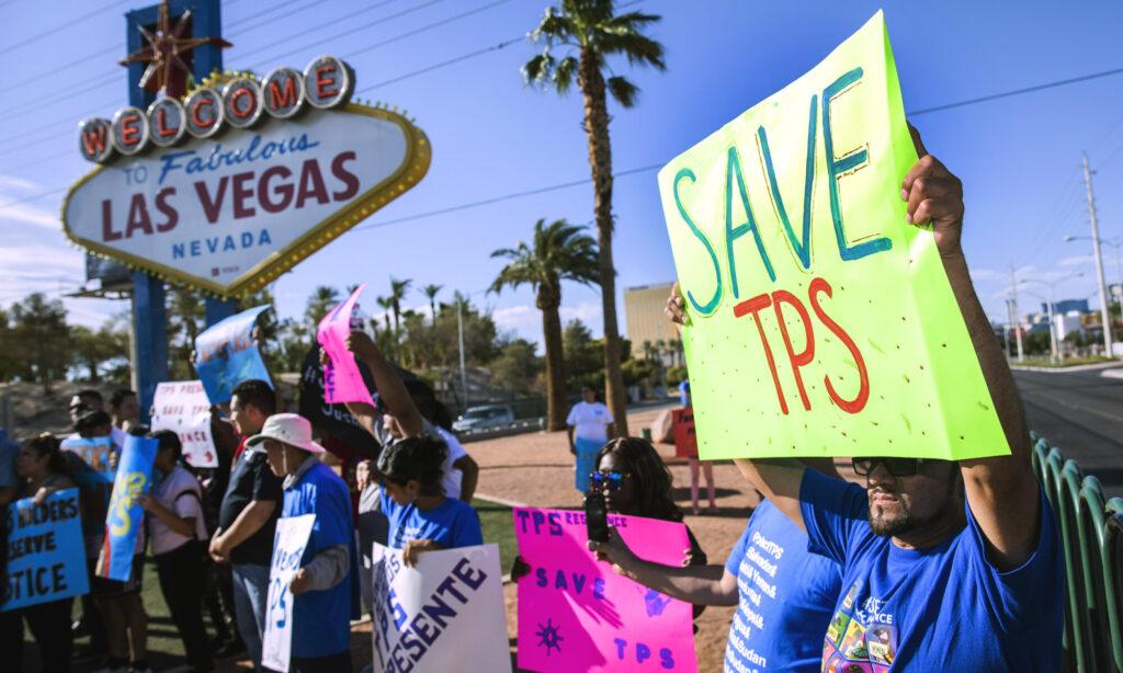 Partidarios del Estatus de Protección Temporal (TPS) se manifiestan frente al letrero de Bienvenidos a Las Vegas