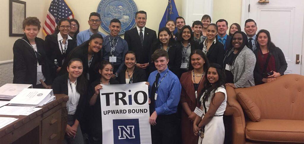 ex gobernador de Nevada Brian Sandoval con un grupo de estudiantes