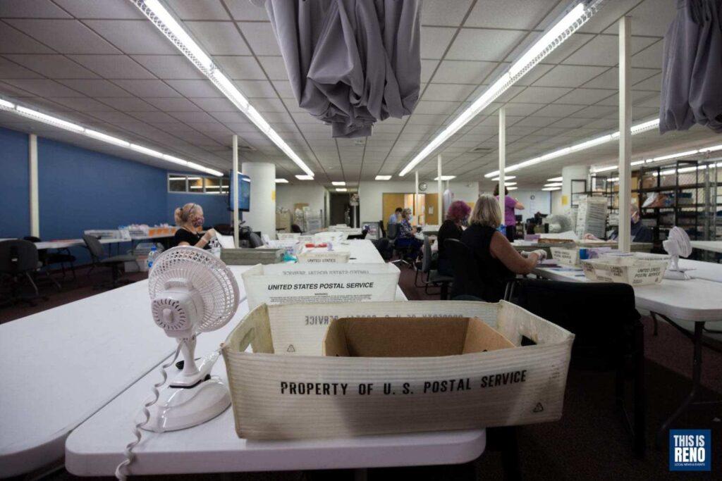 El personal de la junta electoral del condado de Washoe cuentas boletas completadas durante las primarias este año.