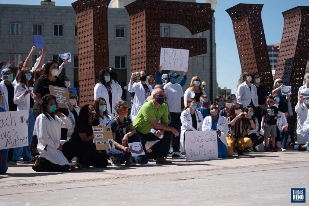 doctores y enfermeras juntos en el centro de Reno