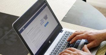 Foto de una computadora portátil con el sitio Web del Censo 2020