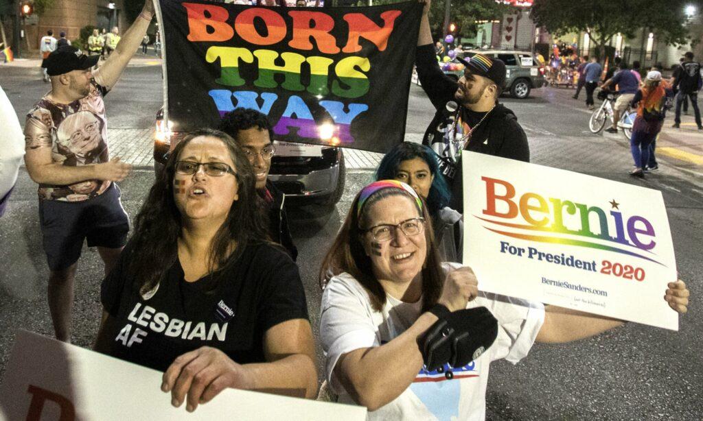 Partidarios del ex candidato presidencial Demócrata Bernie Sanders durante el Desfile del Orgullo Gay