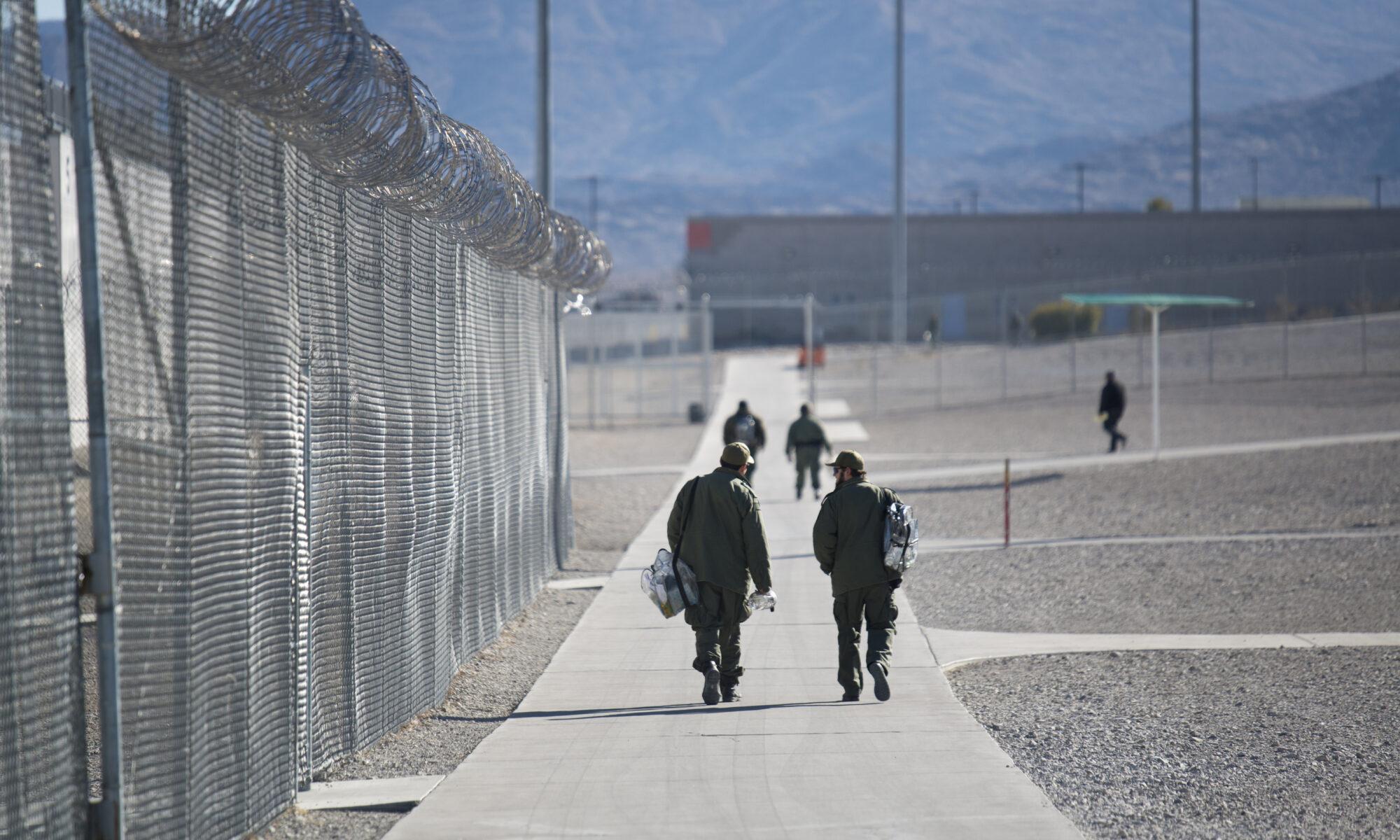 Custodios caminan dentro de la Prisión Estatal High Desert en Nevada