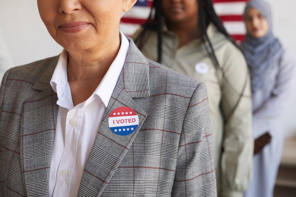 Mujeres esperan para votar en un lugar de votación