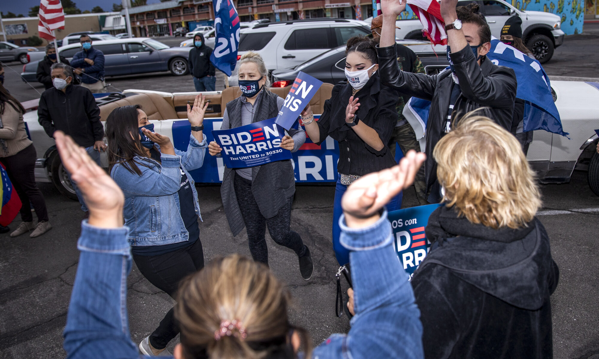 Un grupo celebra la victoria del Presidente electo Joe Biden en Las Vegas