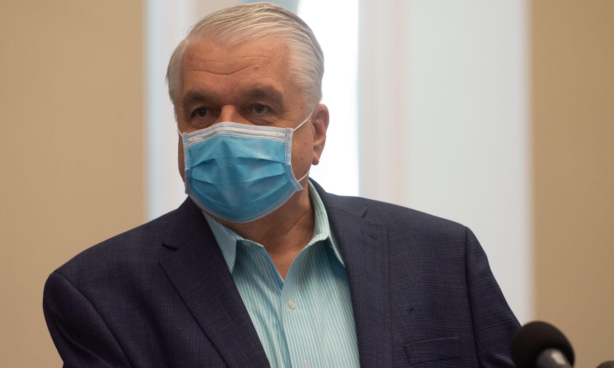 Gobernador de Nevada Steve Sisolak hablando con tapabocas