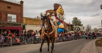 vaquero montado en caballo para un desfile