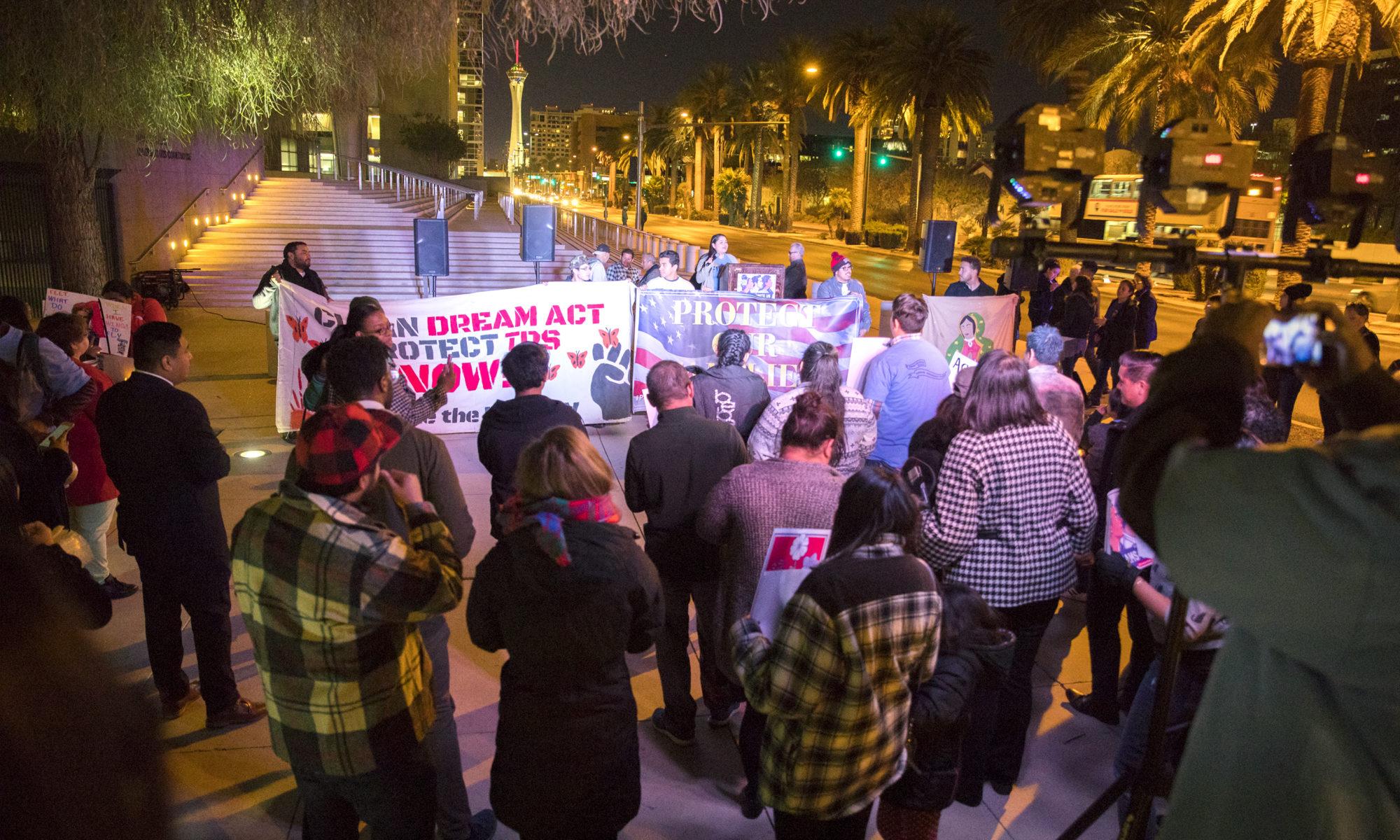 Un grupo de manifestantes con carteles a favor de DAVA