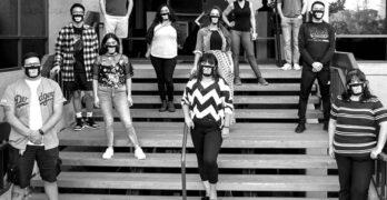 rastreadores de contacto con máscaras parado en unas escaleras con distanciamiento social en una escalera