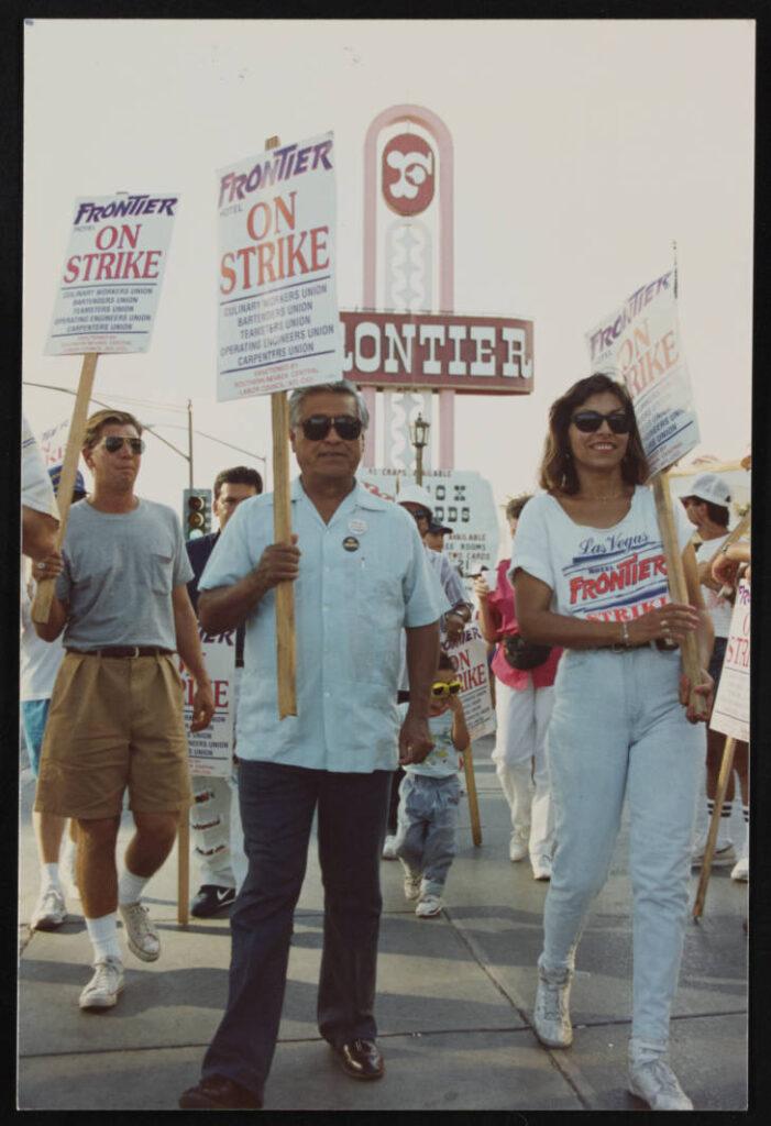 Un hombre (izquierda) y una mujer (derecha) marchando con carteles