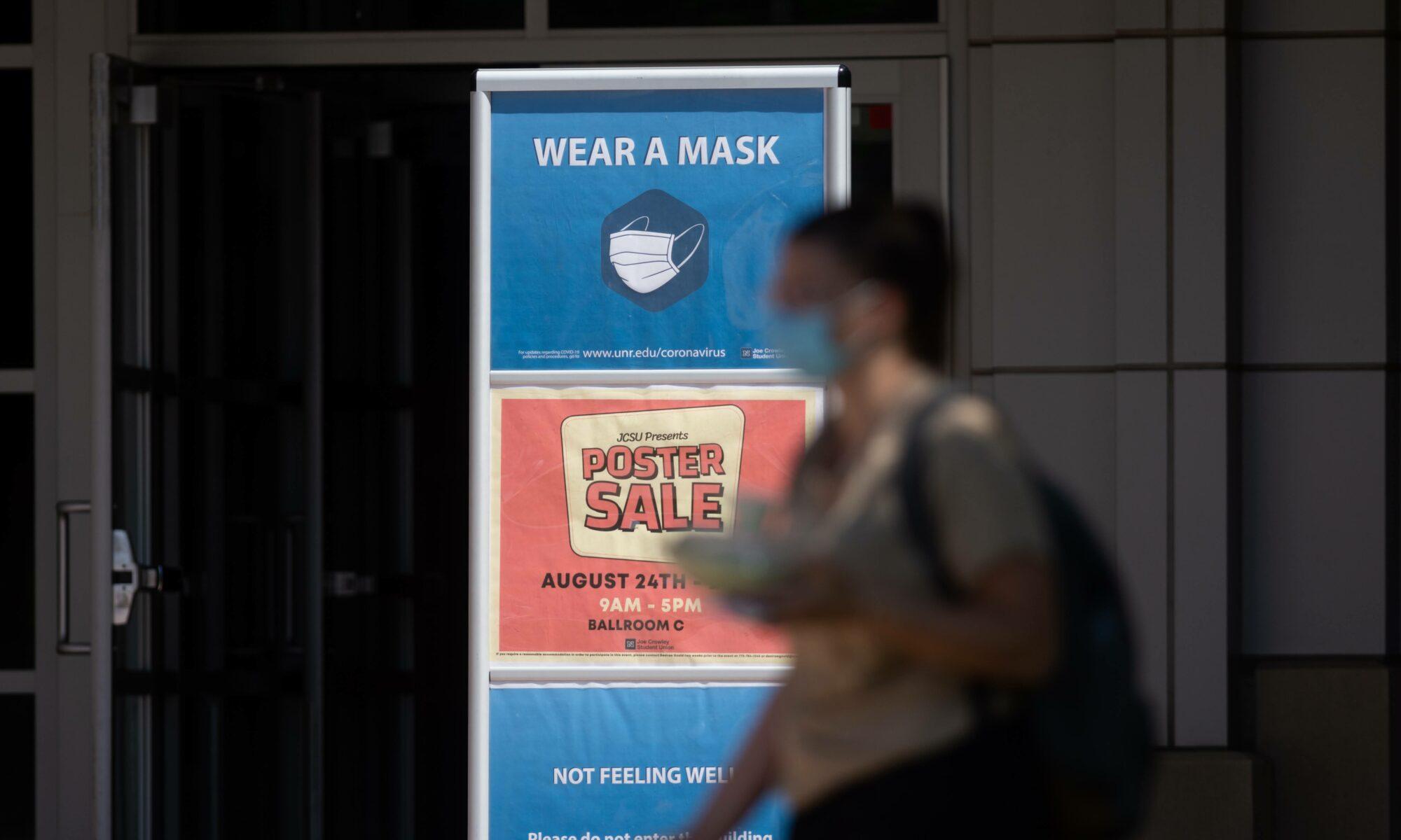 Un letreto que indica el uso obligatorio de máscara
