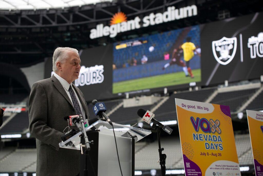 El gobernador dando un discurso en un estadio de Las Vegas