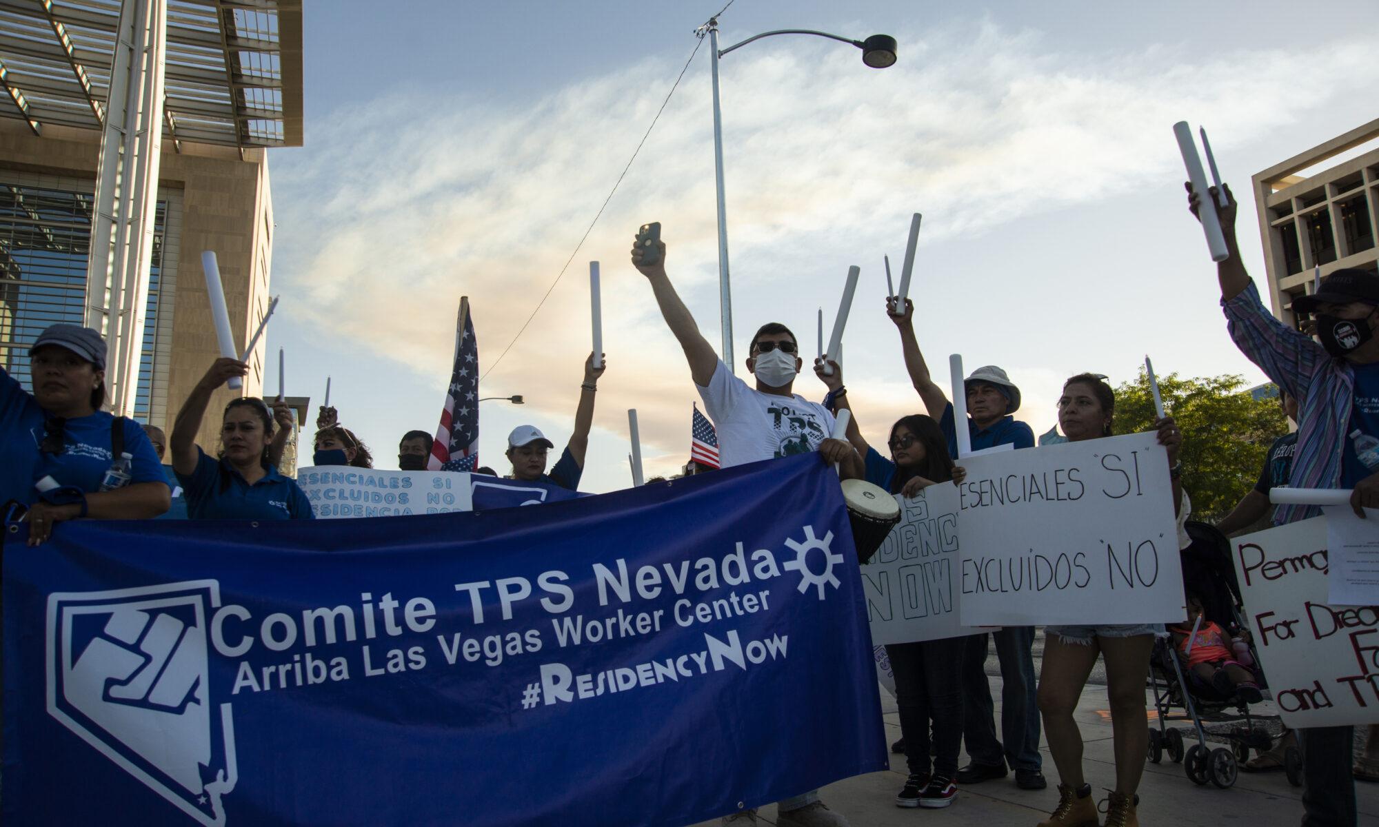Multitud protestando con banderas alzadas