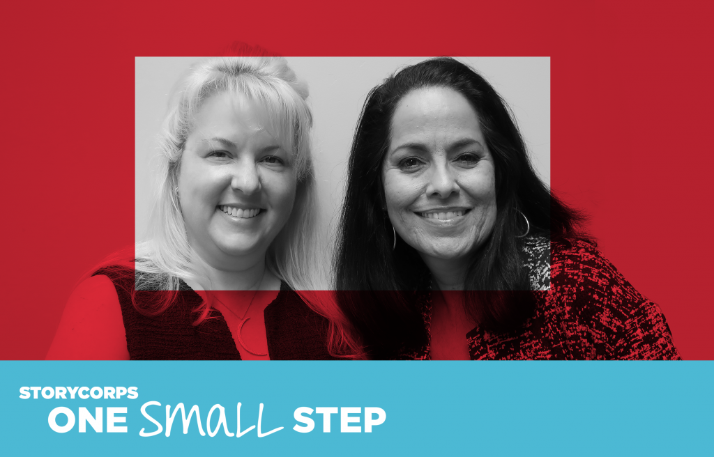 Dos mujeres que se conocieron durante una conversación de One Small Step mirando a la cámara y sonriendo.