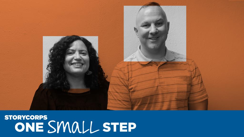 Una mujer y un hombre que se conocieron en una conversación de One Small Step parados de lado miran a la cámara y sonríen. Los logos de StoryCorps y One Small Step se muestran arriba en la foto.