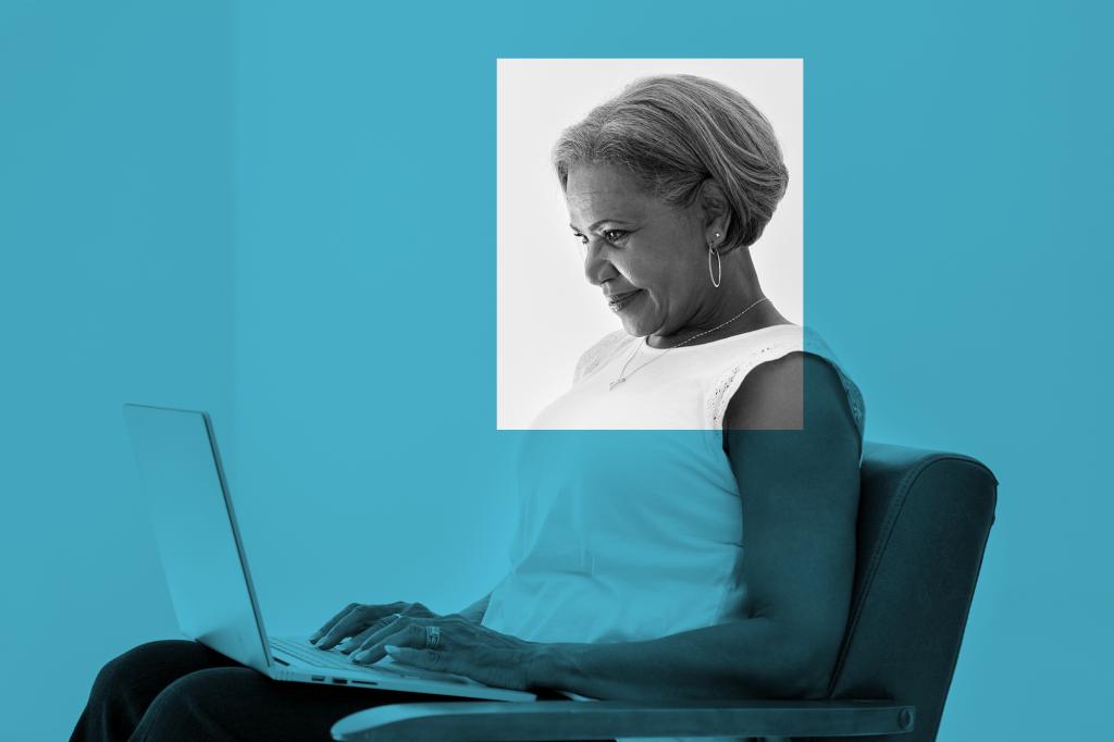 Una mujer participa en una conversación virtual de One Small Step a través de una llamada por videoconferencia.