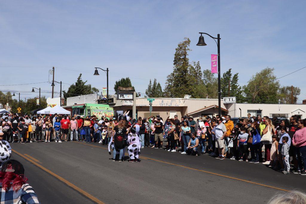 Una multitud viendo un espectáculo callejero