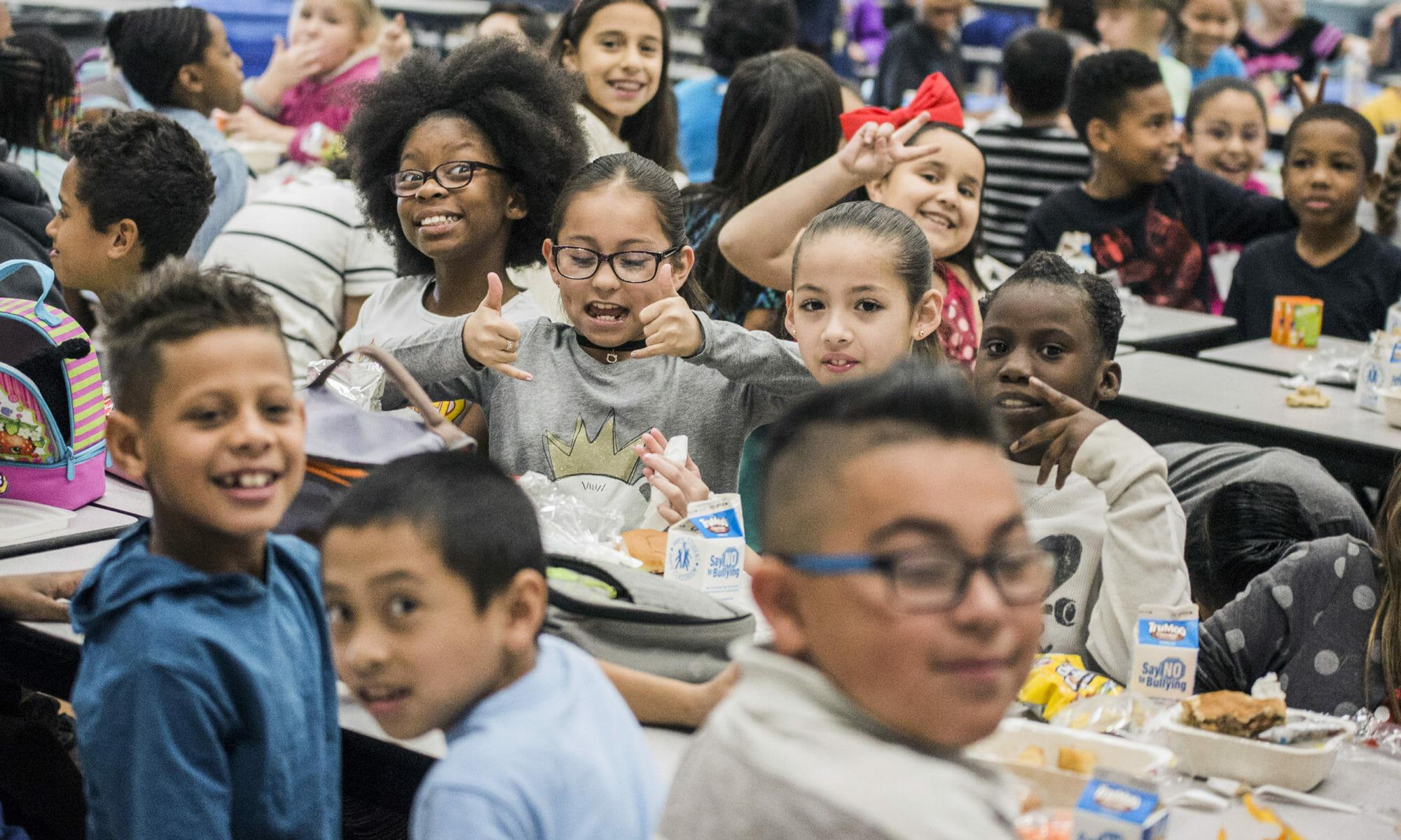 Estudiantes de una escuela primaria sonriendo
