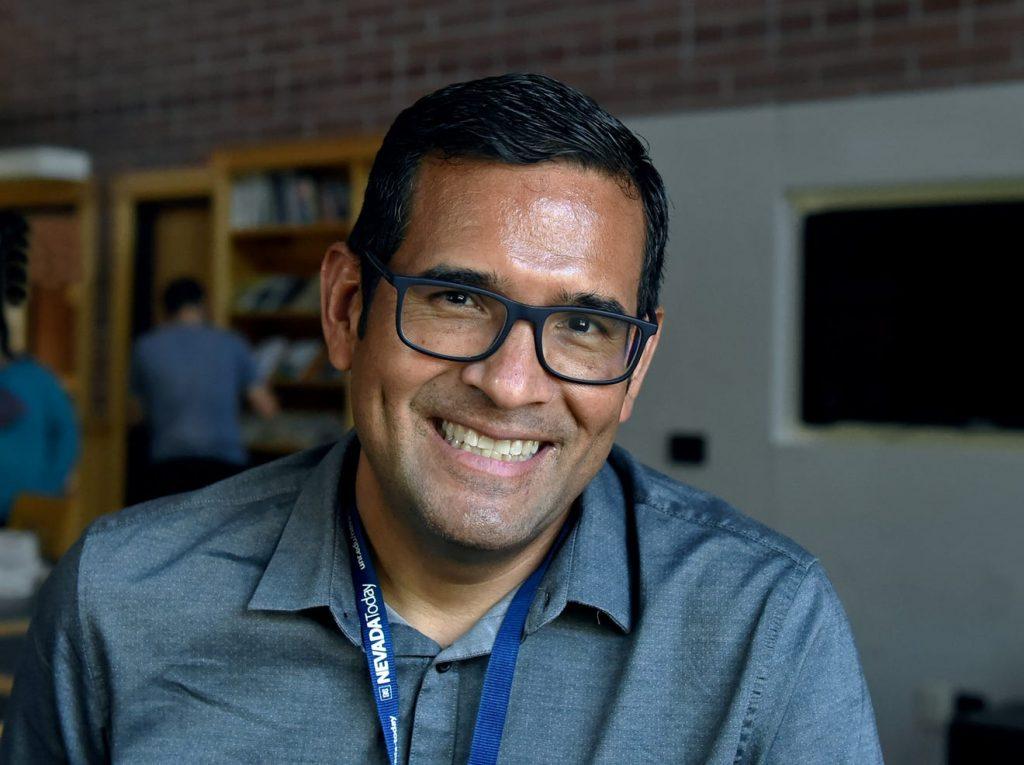 Un hombre con gafas sonrie ante la camara