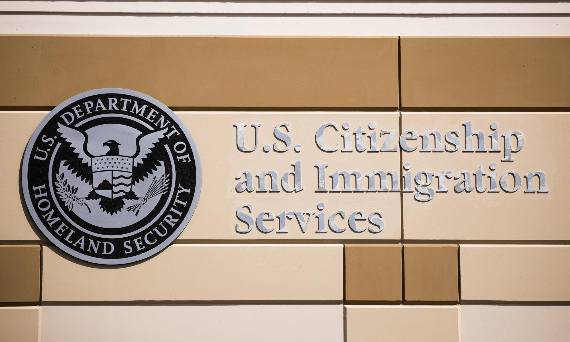 Un signo en la pared que dice US Citizenship and Immigration Services