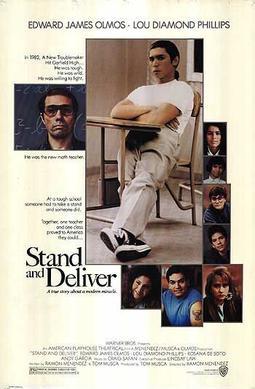 estudiante sentado en una silla, fotos de varios personajes de películas